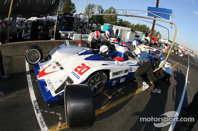Arrêt au stand pour #20 Dyson Racing Team Lola B06/10 AER: Chris Dyson, Guy Smith