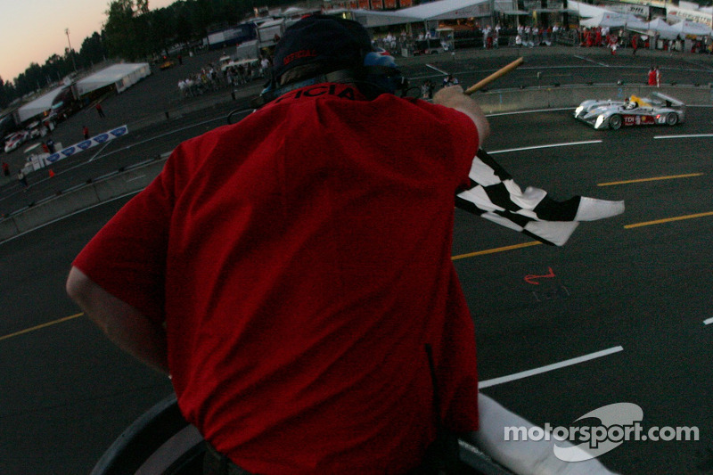 #2 Audi Sport North America Audi R10 TDI Power: Rinaldo Capello, Allan McNish passe la ligne d'arrivée
