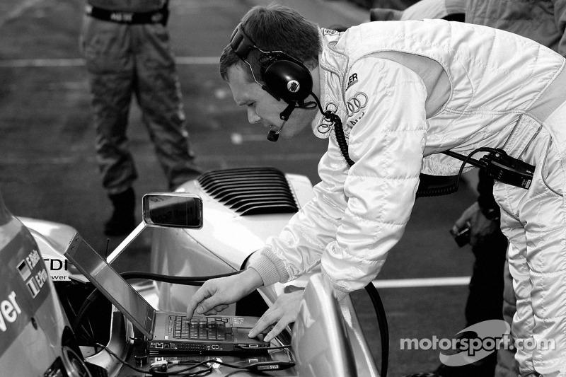Un ingénieur de l'équipe Audi Sport North America au travail