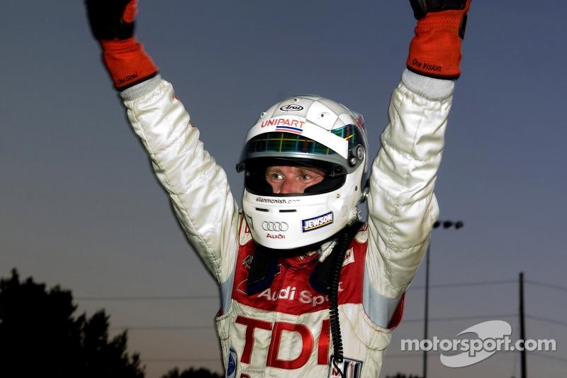 Allan McNish fête sa victoire