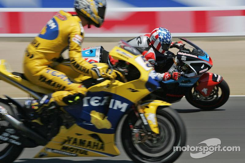 Kenny Roberts con un neumático desinlfado de Colin Edwards en su camino hacia el tiempo más rápido e