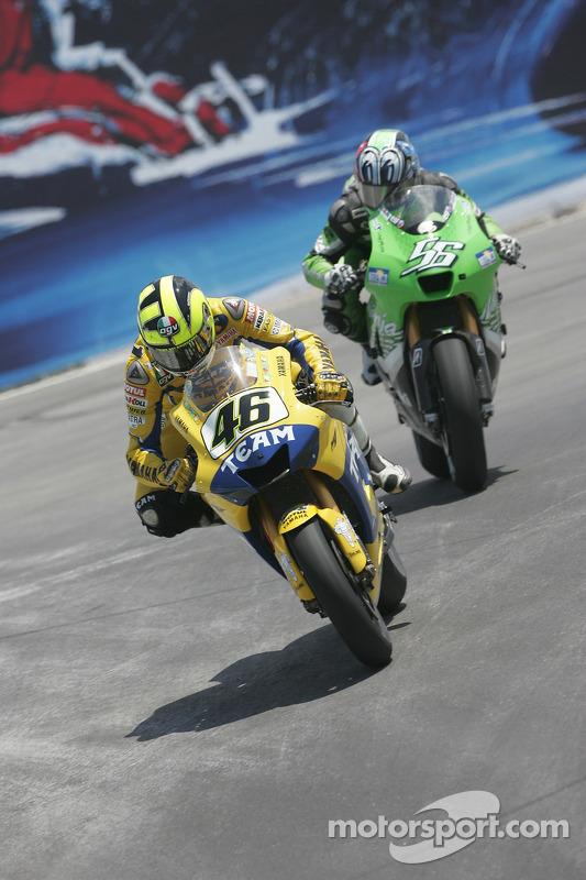 Valentino Rossi perseguido por Shinya Nakano