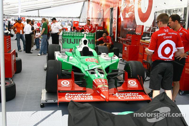 La voiture de Dan Wheldon est préparée pour la course