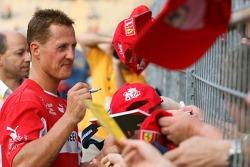 Evento de la UNESCO Juego del corazón, las superestrellas de F1 juegan contra las superestrellas RTL: Michael Schumacher firma autógrafos para los fans