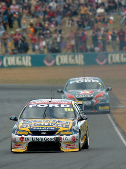 Craig Lowndes devance Russell Ingall