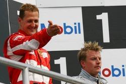 Podio: ganador de la carrera Michael Schumacher con el tercer lugarKimi Raikkonen