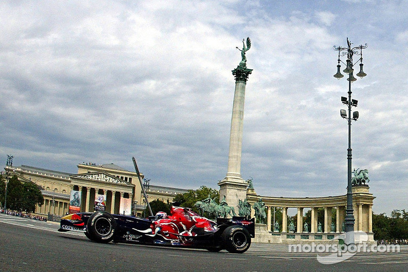 Red Bull Show Run Budapest: Peter Besenyei and an STR1 y un RB2 en la famosa Plaza de héroes de Budapest