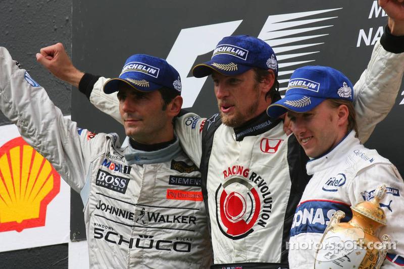 Podio: ganador de la carrera Jenson Button, el segundo lugar Pedro de la Rosa y el tercer lugar Nick
