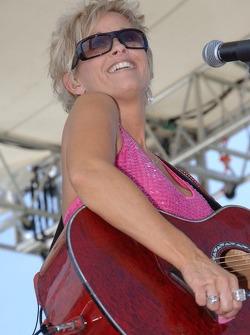 Lorrie Morgan performs
