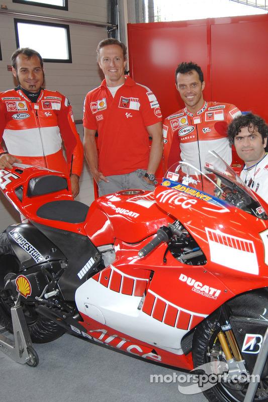 Vittoriano Guareschi, Sete Gibernau, Loris Capirossi y Filippo Preziosi con la nueva 800cc Ducati Desmosedici