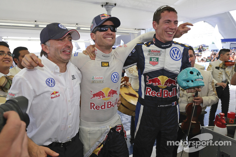 1. Sébastien Ogier und Julien Ingrassia, Volkswagen Polo WRC, Volkswagen Motorsport, mit Teammanager Jost Caputo