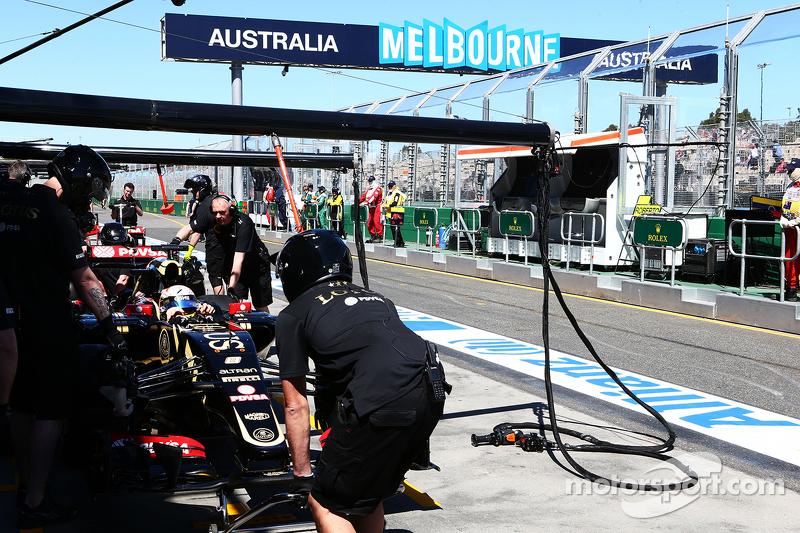 Romain Grosjean, Lotus F1 E23, in der Box