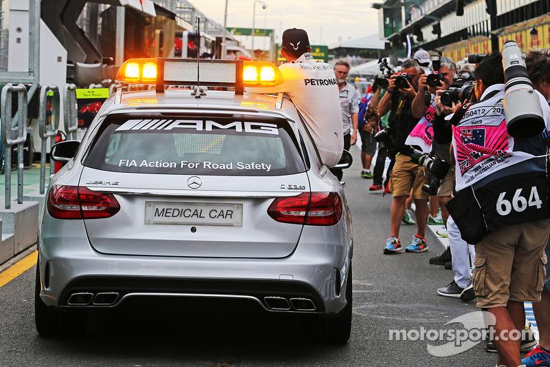 Pole-Sitter: Lewis Hamilton, Mercedes AMG F1, fährt im FIA Medical-Car mit