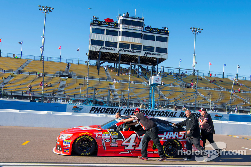 Das Auto von Kurt Busch, Stewart-Haas Racing, Chevrolet, wird in die Boxengasse geschoben