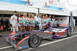 Richard Branson con edecanes de Virgin Racing