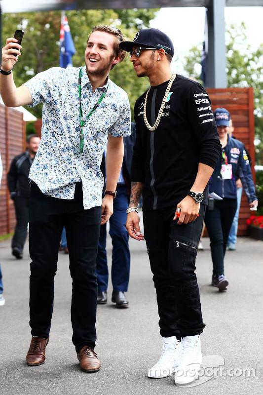 Lewis Hamilton, Mercedes AMG F1, mit einem Fan