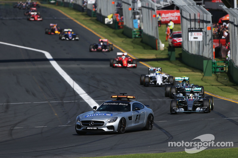 Lewis Hamilton, Mercedes AMG F1 W06 memimpin behind the FIA Safety Car