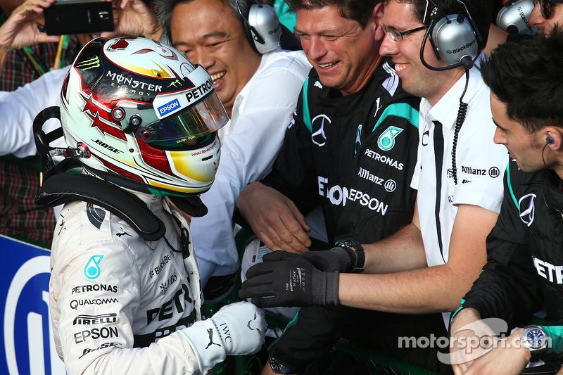 Juara balapan Lewis Hamilton