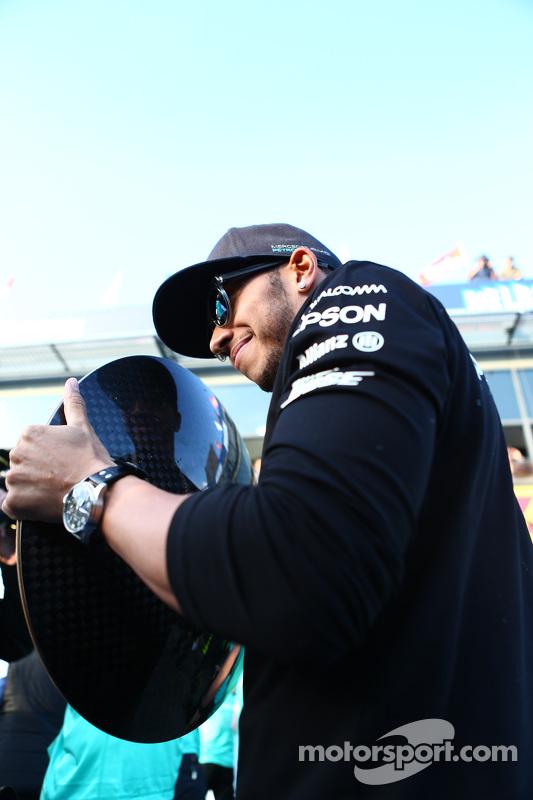 Juara balapan Lewis Hamilton, Mercedes AMG F1 merayakans bersama tim