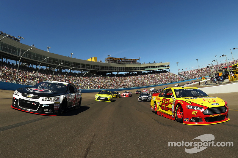 Kevin Harvick, Stewart-Haas Racing Chevrolet and Joey Logano, Team Penske Ford lead the field to green