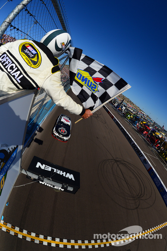 Kevin Harvick, Stewart-Haas Racing Chevrolet takes the win