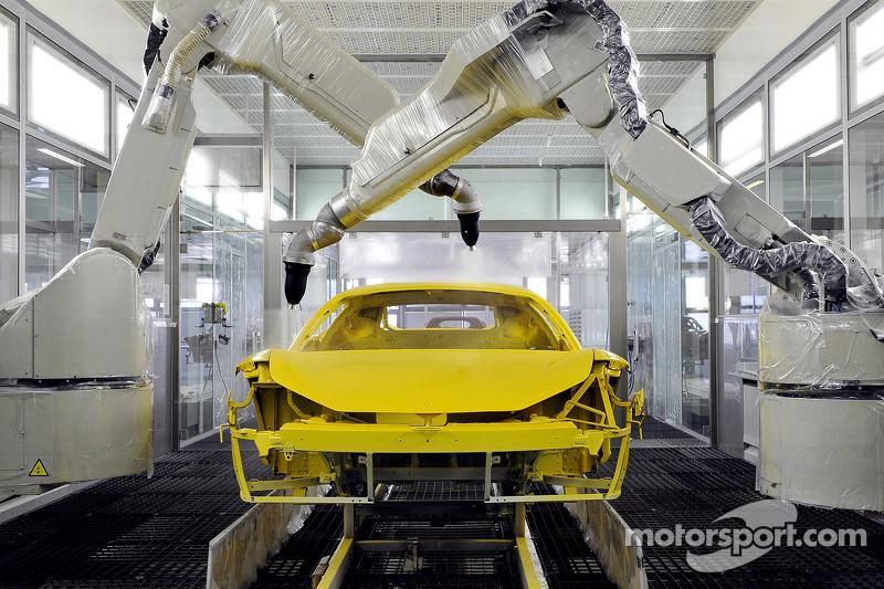 Sebuah mobil jalan raya Ferrari sedang dibuat