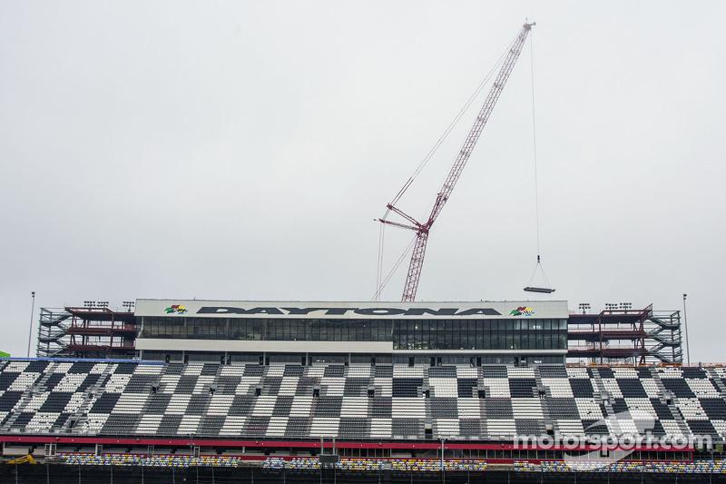 Una gru porta via il primo pezzo della tribuna stampa di Daytona