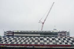 Una grúa comienza a desmantelar las instalaciones en Daytona
