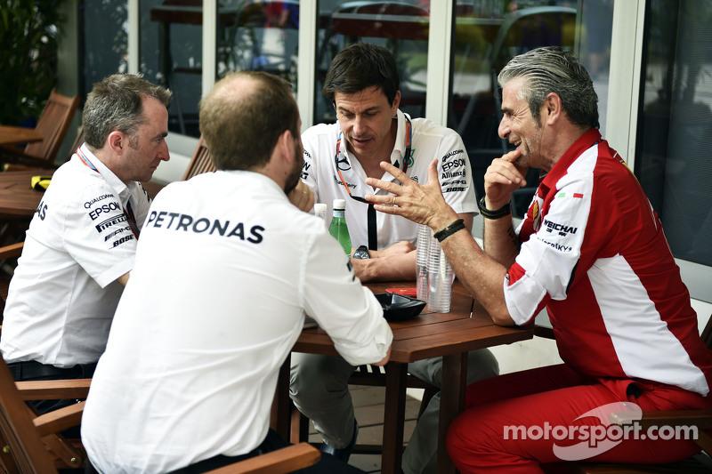 (从左到右)帕迪·洛维,梅赛德斯AMG车队执行总监,和托托•沃尔夫,梅赛德斯AMG车队股东和执行总监,和毛里齐奥•阿里瓦贝内,法拉利领队
