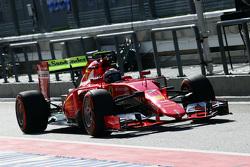 Kimi Räikkönen, Ferrari SF15-T, fährt mit Flow-Viz-Farbe am Heckflügel