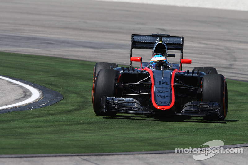 Fernando Alonso, McLaren MP4-30 runs wide