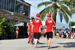 (Von links nach rechts): Kimi Räikkönen, Ferrari, mit Teamkollege Sebastian Vettel