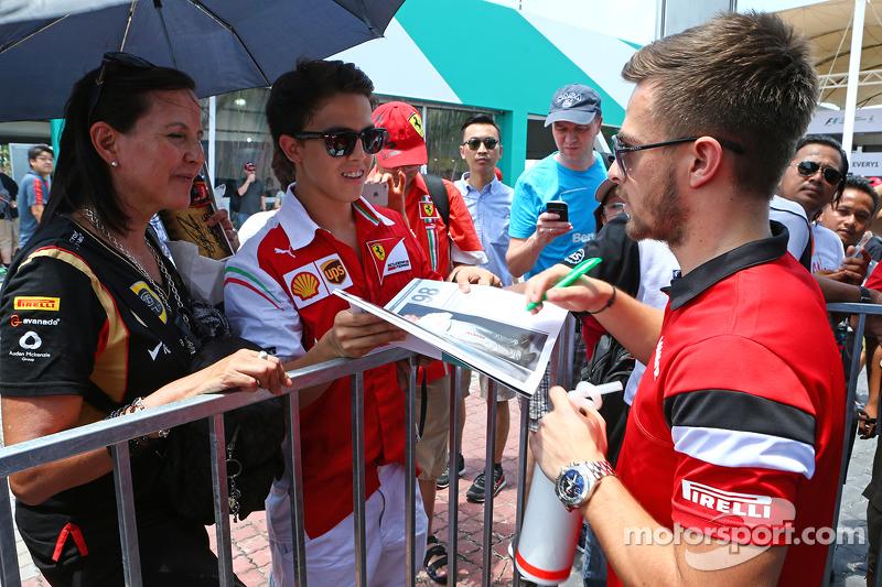 Will Stevens, Manor F1 Team memberikan tanda tangan untuk fans
