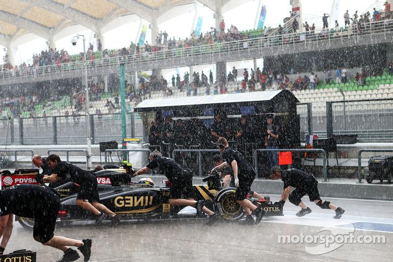 帕斯托·马尔多纳多, 路特斯 F1 E23,被推回维修区,因为排位赛第二节开始下雨了