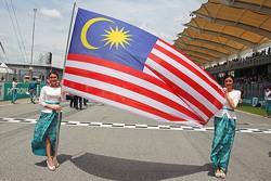 Chicas en la parrilla con la bandera de Malasia