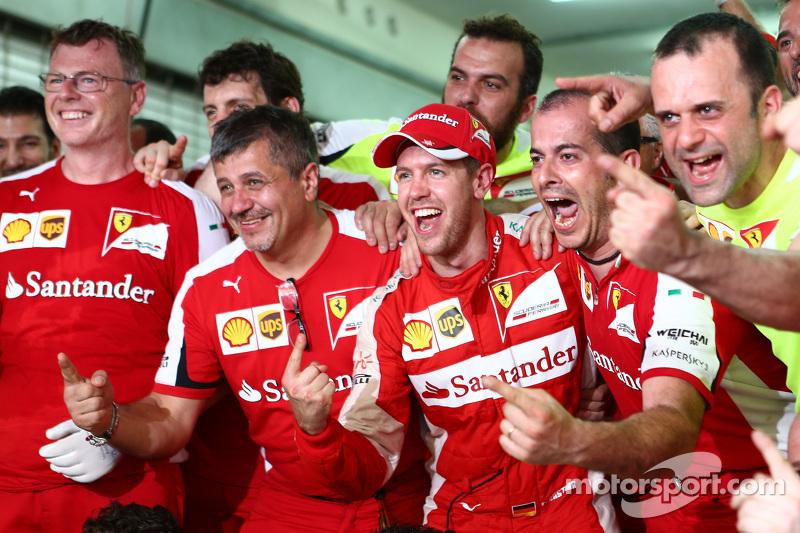 Juara balapan Sebastian Vettel, Ferrari merayakan bersama the team