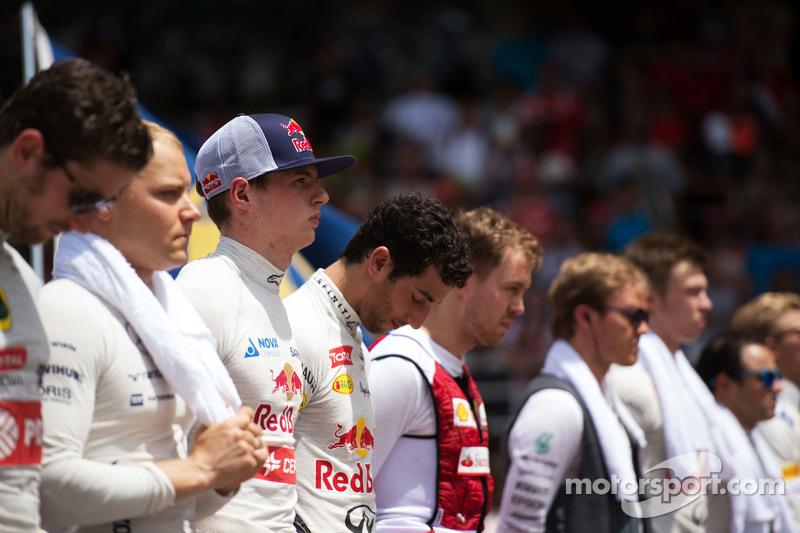Max Verstappen, Scuderia Toro Rosso, diğer pilotlarla birlikte milli marş sırasında gridde
