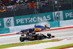 Pastor Maldonado, Lotus F1 E23, passeert Marcus Ericsson, Sauber C34, die uit de race spint