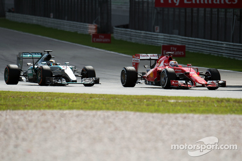 Lewis Hamilton, Mercedes AMG F1 W06, dan Sebastian Vettel, Ferrari SF15-T battle for the memimpin of