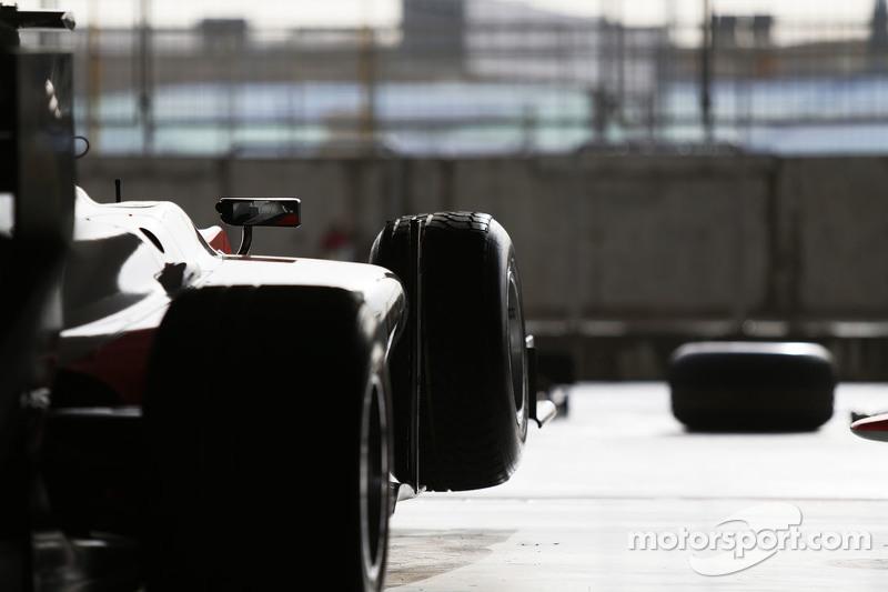 Coche MP Motorsport en el garaje