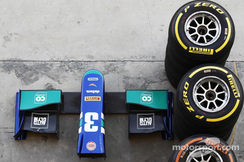 Pirelli-Reifen und die Frontpartie vom Auto von Julian Leal, Carlin