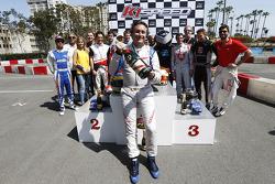 Алехандро Агаг, генеральный директор Formula E с шампанским
