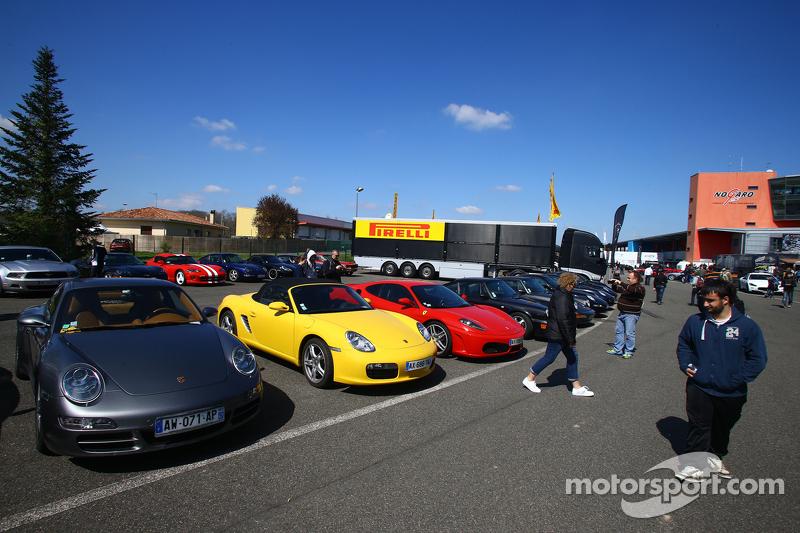 Los autos en el paddock