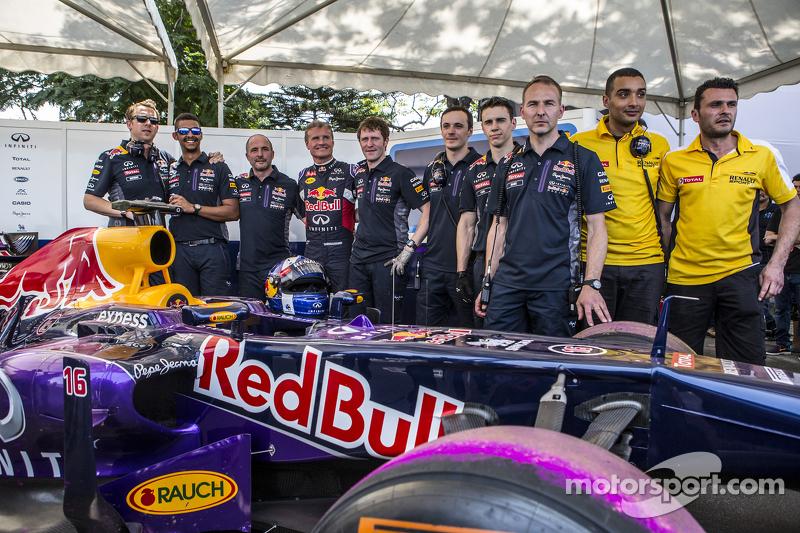 Infiniti Red Bull Racing posa para la foto con David Coulthard, Red Bull Racing en el Red Bull Show