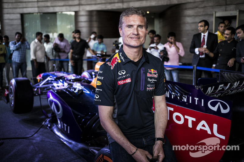 David Coulthard, Red Bull Racing berpose untuk foto di konferensi pers Red Bull Showrun 2015 di Jalan Necklace di Hyderabad, India