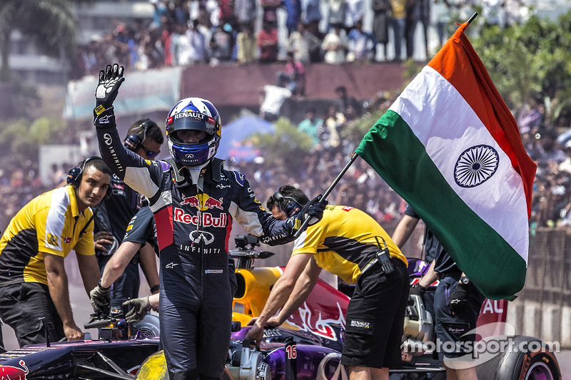 David Coulthard, Red Bull Racing, ondea a bandera de la India en el Red Bull Show Run 2015 en el Necklace Road en Hyderabad, India