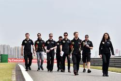 Ромен Грожан, Lotus F1 Team и Джолион Палмер, тестовый и резервный пилот Lotus F1 Team изучают трек