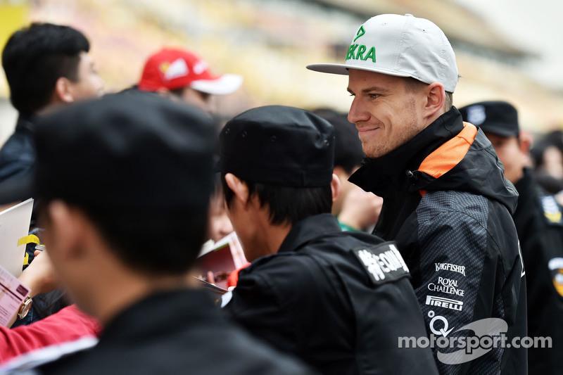 Ніко Хюлкенберг Sahara Force India F1 роздає автографи фанатам