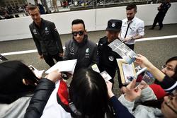 Льюис Хэмилтон Mercedes AMG F1 раздает автографы