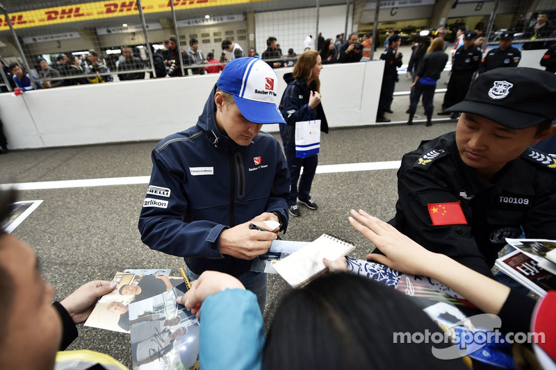 Marcus Ericsson Sauber F1 Team signs autographs for the fans